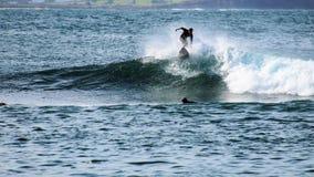 Surfista na praia viril Fotos de Stock