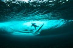 Surfista na visão subaquática da onda tropical fotos de stock royalty free