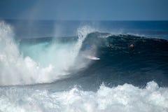 Surfista nella grande onda fotografia stock