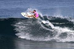 Surfista Nicola Atherton che pratica il surfing Haleiwa Hawai fotografie stock libere da diritti