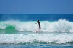 Surfista no azul verde na onda de oceano, surfando Indonésia, Bali, o 10 de novembro de 2011 Imagens de Stock Royalty Free