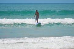 Surfista no azul verde na onda de oceano, surfando Indonésia, Bali, o 10 de novembro de 2011 Imagens de Stock