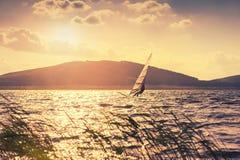 Surfista no lago no por do sol Imagens de Stock