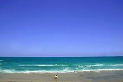 Surfista pelo mar Fotografia de Stock