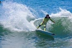 Surfista professionista Shaun Burns Surfing California fotografie stock