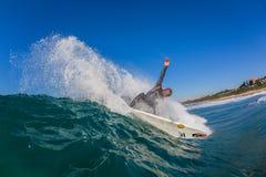 Surfista que cinzela a foto da água da onda do pulverizador Imagem de Stock Royalty Free