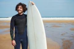 Surfista que está na praia com horizonte bonito do oceano no fundo Imagem de Stock