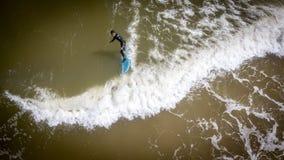 Surfista que levanta-se Fotos de Stock Royalty Free