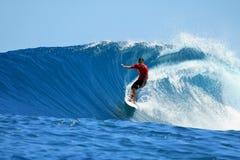 Surfista que monta a onda azul, Mentawai, Indonésia Fotografia de Stock