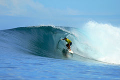 Surfista que monta a onda azul, Mentawai, Indonésia Fotos de Stock Royalty Free