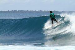 Surfista que monta rapidamente na onda azul tropical imagens de stock