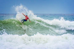Surfista que monta uma onda enorme durante a competição da liga da ressaca do mundo em Lacanau, França Foto de Stock