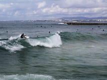 Surfista que surfa uma onda fotografia de stock