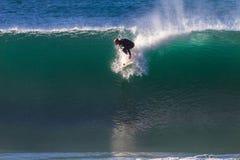 Surfista que trava a onda limpa da fôrma Imagens de Stock Royalty Free