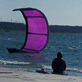 Surfista seguro do papagaio que senta-se na praia Imagem de Stock