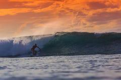 Surfista sull'onda stupefacente Fotografie Stock Libere da Diritti