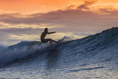 Surfista sull'onda stupefacente Immagini Stock Libere da Diritti