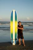 Surfista sulla spiaggia Fotografia Stock