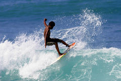 Surfista teenager che pratica il surfing Immagine Stock