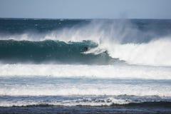 Surfista in una grande onda immagini stock