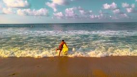 Surfista variopinto in spiaggia Nayarit di Sayulita fotografia stock libera da diritti