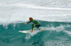 Surfista vicino alla cima di un'onda Immagini Stock