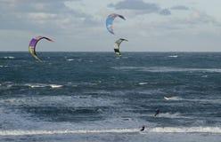 Surfistas do papagaio em Peniche Portugal Fotos de Stock