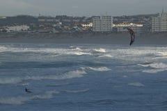 Surfistas do papagaio em Peniche Portugal Fotos de Stock Royalty Free