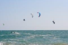 Surfistas do papagaio em um mar agitado Imagens de Stock Royalty Free