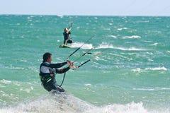 Surfistas do papagaio em um mar agitado Foto de Stock