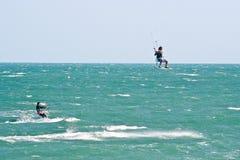 Surfistas do papagaio em um mar agitado Fotografia de Stock