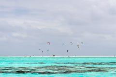 Surfistas do papagaio na praia polinésia tropical Foto de Stock