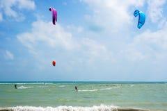 Surfistas do papagaio no mar Fotografia de Stock Royalty Free