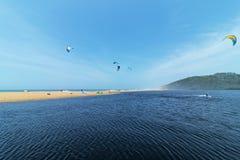 Surfistas do papagaio no Seascape da boca de rio de Mhloti Fotos de Stock