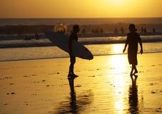 Surfistas em um litoral fotos de stock
