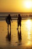 Surfistas em um litoral imagem de stock