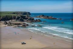 Surfistas em uma praia em Cornualha Inglaterra imagem de stock