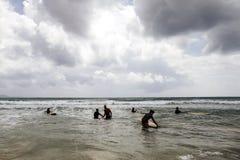 Surfistas não identificados das mulheres com as placas surfando que vêm ao mar Fotos de Stock