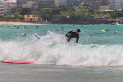 Surfistas na onda Fotografia de Stock Royalty Free