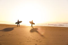 Surfistas na praia Fotos de Stock Royalty Free