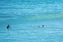 Surfistas na praia Austrália de Logan fotografia de stock
