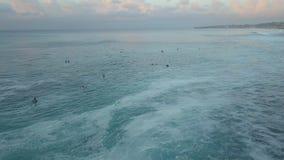 Surfistas no oceano video estoque