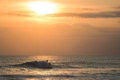 Surfistas no oceano Fotografia de Stock Royalty Free