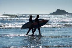 Surfistas no por do sol Foto de Stock Royalty Free