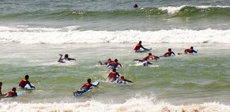 Surfistas novos Fotografia de Stock Royalty Free