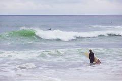 Surfistas que esperam ondas Imagem de Stock