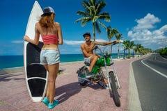 Surfistas que têm o divertimento Imagens de Stock Royalty Free