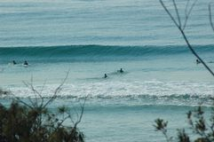 Surfisti che aspettano l'onda seguente Fotografie Stock Libere da Diritti