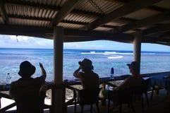 Surfisti che aspettano un'onda Fotografie Stock Libere da Diritti