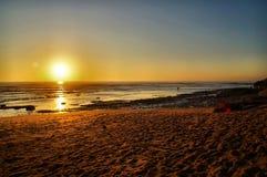 Surfisti che entrano al tramonto Fotografia Stock Libera da Diritti